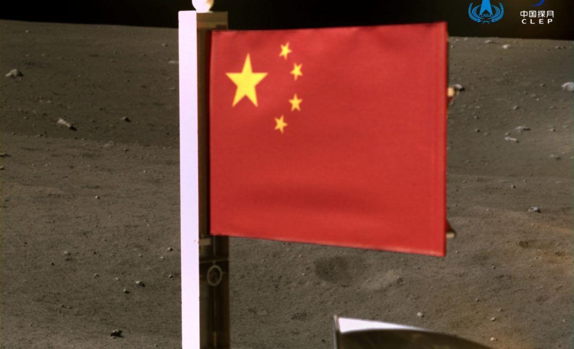 پرچم چین در کره ماه به زمین زده شد