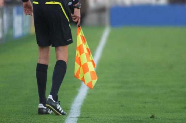 خبرنگاران داور گیلانی بازی فوتبال تراکتورسازی با آلومینیوم را قضاوت می نماید