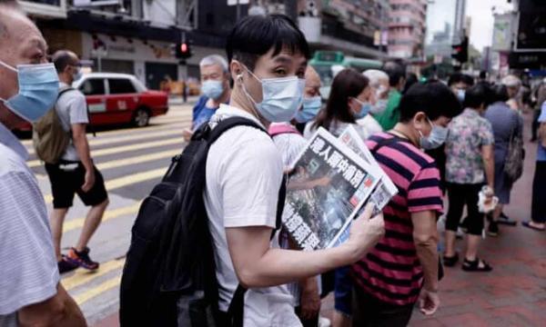صف های طولانی برای خرید روزنامه تعطیل شده